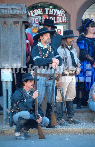 blickwinkel - Cowboys, in Kleidung aus dem 19. Jahrhundert ...