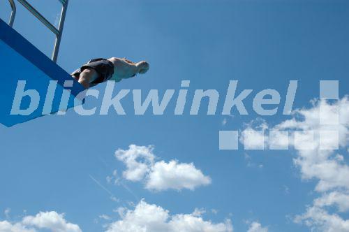 Mann Springt Vom Turm