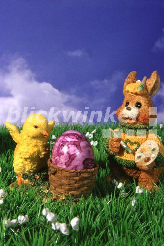 blickwinkel  osterhase bemalt eier  easter bunny