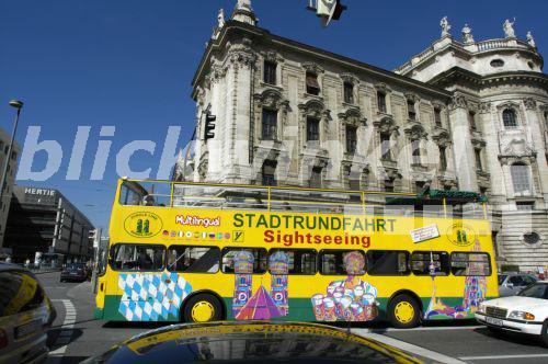 blickwinkel muenchen karlsplatz stachus stadtrundfahrt gelber bus deutschland bayern. Black Bedroom Furniture Sets. Home Design Ideas