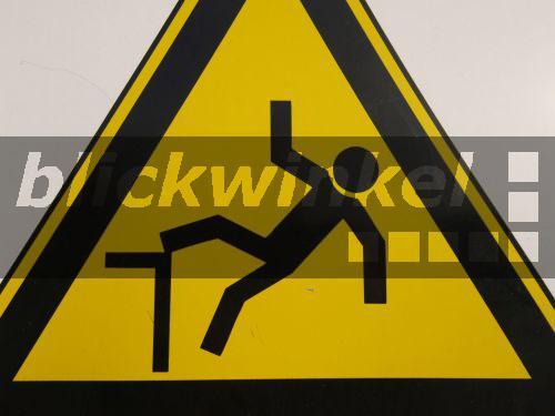 blickwinkel - warnschild sturzgefahr
