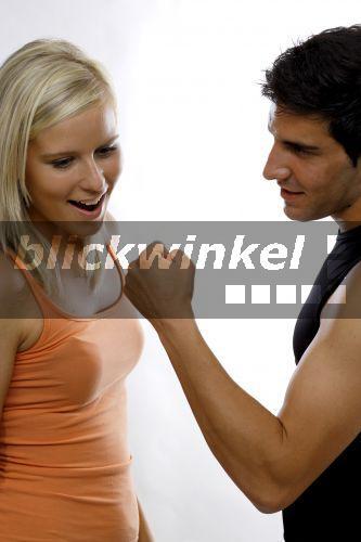 blickwinkel - Junger Mann zeigt einer jungen Frau die
