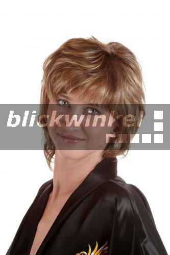 blickwinkel - Frau im Bademantel mit nackter Brust - woman