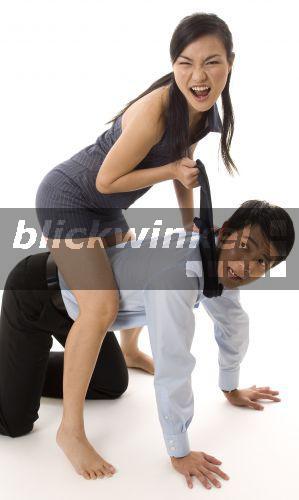 Eine Frau Dominiert Ihn Auf Der Matte