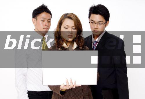 Drei Bisexuelle Girls Und Zwei Männer