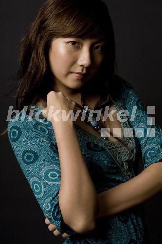 Hübsche Asiatin Stichelt Vor Der Kamera
