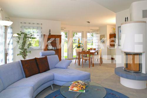 Blickwinkel einfamilienhaus innen wohnzimmer single for Einfamilienhaus innen