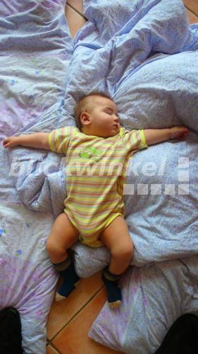 Baby Zittert Mit Armen