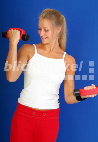 blickwinkel - Junge blonde, huebsche Frau beim Training