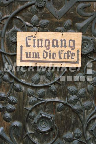 blickwinkel schild an einem portal in altdeutscher. Black Bedroom Furniture Sets. Home Design Ideas
