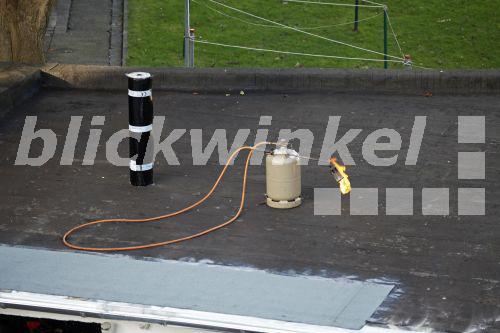 blickwinkel verlegen einer dachpappe auf einer garage deutschland laying on tar paper on a. Black Bedroom Furniture Sets. Home Design Ideas